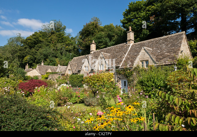 Pretty country cottages and gardens in the picturesque Cotswolds village of Bibury, Gloucestershire, England. - Stock-Bilder