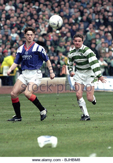 20/03/93 PREMIER DIVISION CELTIC V RANGERS (2-1) CELTIC PARK - GLASGOW Rangers' David Robertson (left) and Stuart - Stock Image
