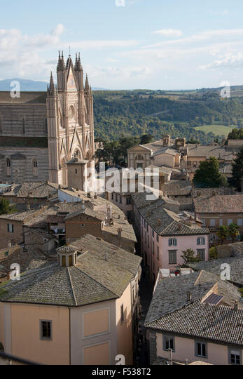 Italy, Umbria, Orvieto. Overview of the town and Cathedral of Orvieto. 13th century Gothic masterpiece, thought - Stock-Bilder
