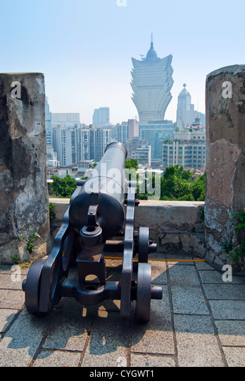 Cannon at Monte Fort overlooking Macau and Casino Lisboa - Stock Image