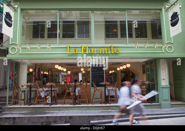 People walking past French bistro, Soho, Central, Hong Kong, China, Asia - Stock-Bilder