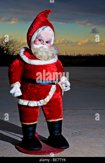 Kitsch Santa Claus in front of the Manhattan skyline. - Stock Image