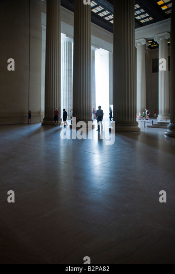 Columns Tourists Inside The Lincoln Memorial Monument, Washington DC, USA - Stock-Bilder