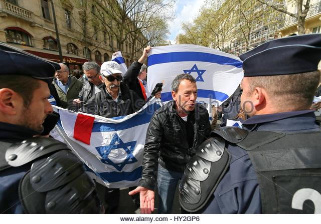 Paris, France. 1st Apr, 2017. A man speaks to police officers as both supporters and opponents of the Israeli occupation - Stock Image