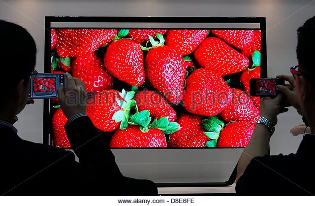 epa03714493 South Korean visitors take photographs of Samsung Electronics Co.'s 85 inch Ultra High Definition - Stock Image