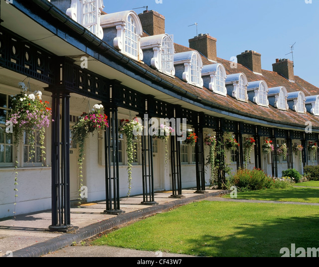 Hanging flower baskets outside cottages in Port Sunlight. The houses were originally built for employees of Lever - Stock-Bilder