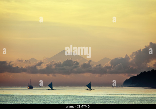 Indonesia, Island Bali, near Tejakula village, Gaia Oasis Resort. Sunrise. Fishermen. - Stock Image