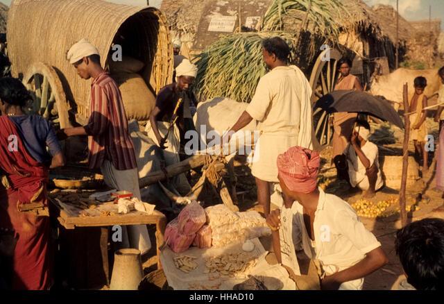 Gebäckverkäufer in Indien 1962. Salesmen at a market near Neyveli in the early sixties - Stock-Bilder