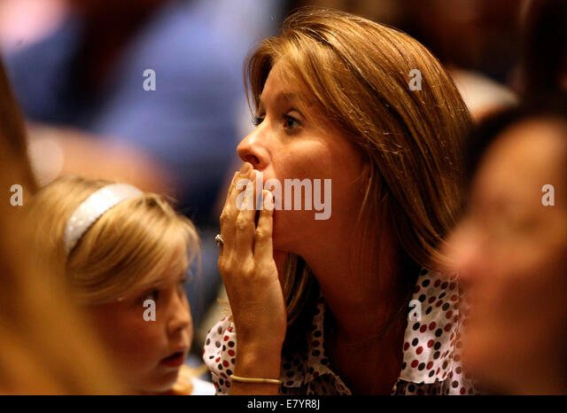 Oct 2, 2009 - West Palm Beach, Florida, U.S. - JENNIFER WHITE of the Acreage listens to Erin Brockovich during a - Stock-Bilder