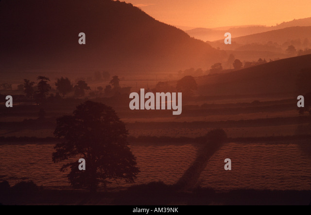 Sunset over valley - Stock-Bilder
