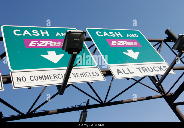 New Jersey Newark New Jersey Turnpike entrance signs cash and E Z Pass toll road - Stock Image