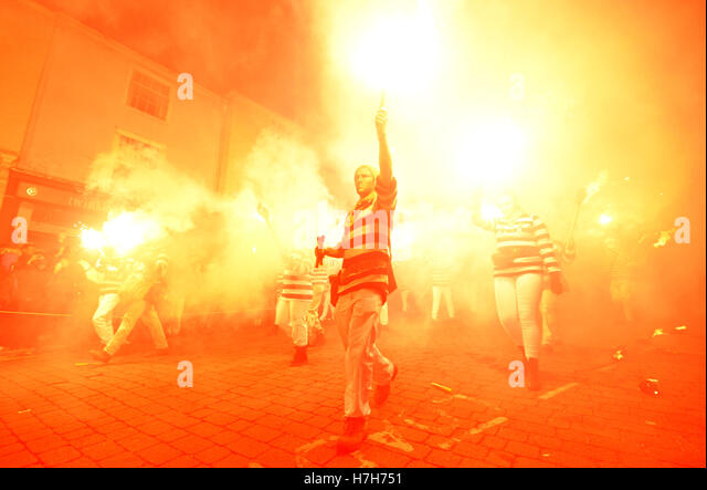 Lewes, East Sussex, UK. 5th November 2016. Lewes holds its infamous bonfire night celebrations. Credit:  Peter Cripps/Alamy - Stock-Bilder