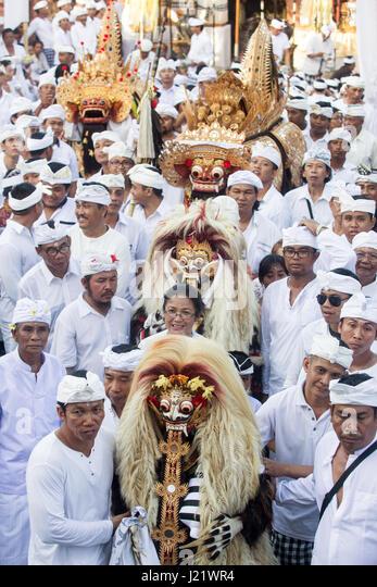 Kesiman, Denpasar, Bali, Indonesia. 23rd Apr, 2017. Huge gathering of Balinese men dressed in ceremonial clothes - Stock Image