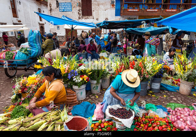 Pisac, Peru - December, 2013: Locals in a market in the city of Pisac, in the Sacred Valley. - Stock-Bilder