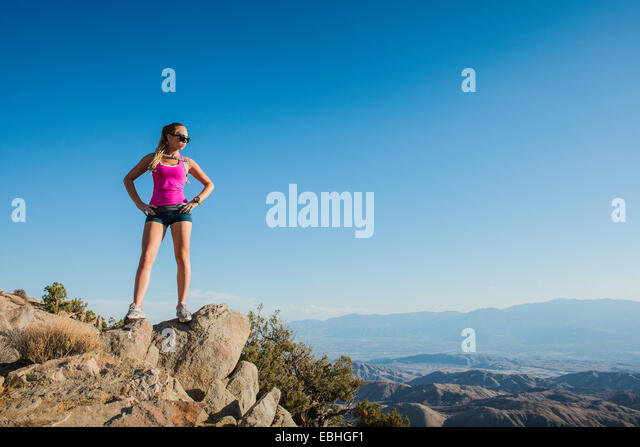 Woman taking break on mountain, Joshua Tree National Park, California, US - Stock-Bilder