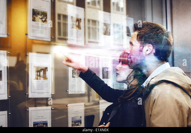 Couple discussing over travel pictures - Stock-Bilder