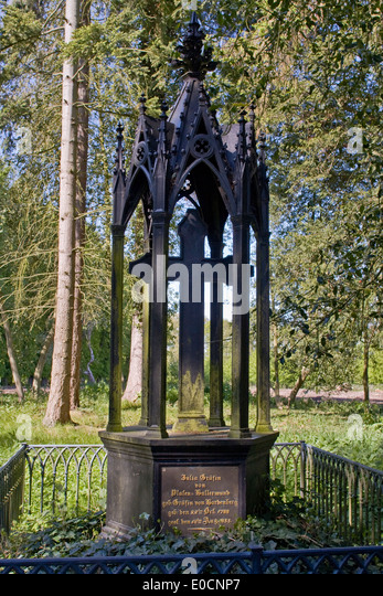 Europa, Deutschland, Schleswig Holstein, Wangels, Gut Weißenhaus, Denkmal im Schlosspark - Stock Image