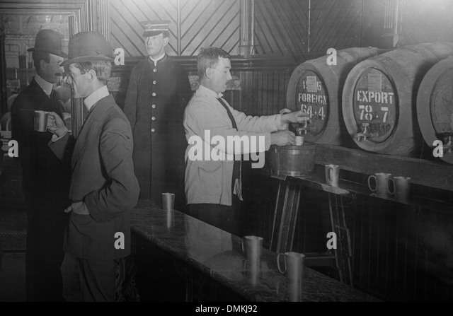 PERIOD PHOTO, POURING A DRAUGHT OF GUINNESS BEER, THE OLD BREWERY, GUINNESS STOREHOUSE, DUBLIN, IRELAND - Stock Image