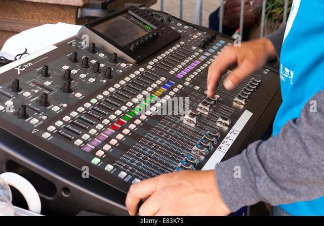 Technician at work on audio mixing console - USA - Stock-Bilder