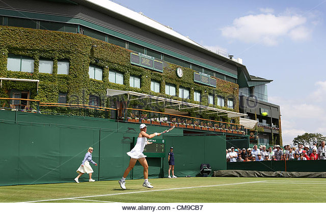 28/06/2012 - Wimbledon (Day 4) - Roberta VINCI (ITA) vs. Marina ERAKOVIC (NZL) - Marina Erakovic hits a forehand - Stock-Bilder
