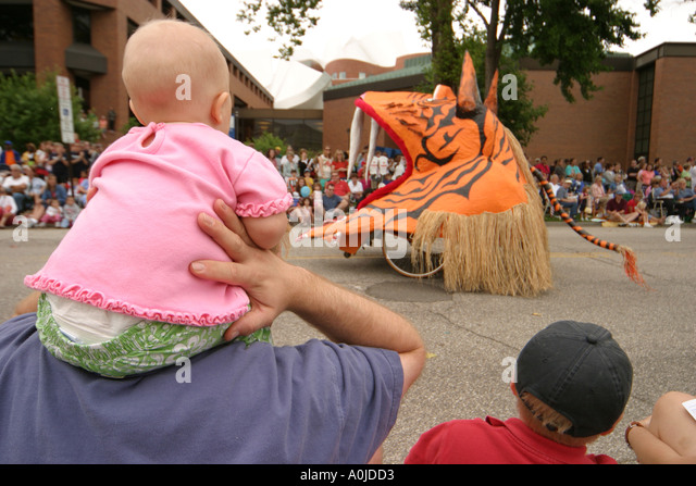 Cleveland Ohio University Circle Parade the Circle Arts Cultural Festival costumes - Stock Image