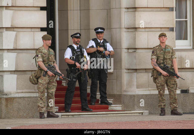 London, UK. 27th May, 2017. Soldiers and police officers carrying rifles on duty at Buckingham Palace after threat - Stock Image