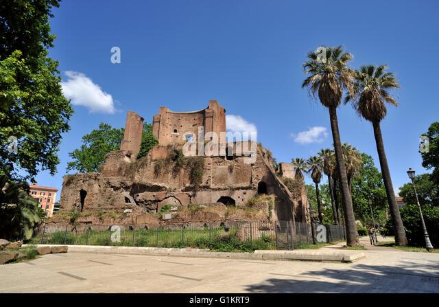 italy, rome, piazza vittorio emanuele II, ninfeo di alessandro (Nymphaeum divi Alexandri) roman ruins - Stock Image