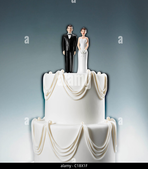 Skip Caplan ©2011 35 west 31 st. rm. 1001 new york, ny 10001 212.463.0541 Wedding cake with bride and - Stock Image