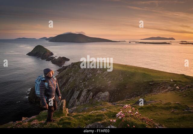 Mid adult man, hiking, Slea head, County Kerry, Ireland - Stock-Bilder