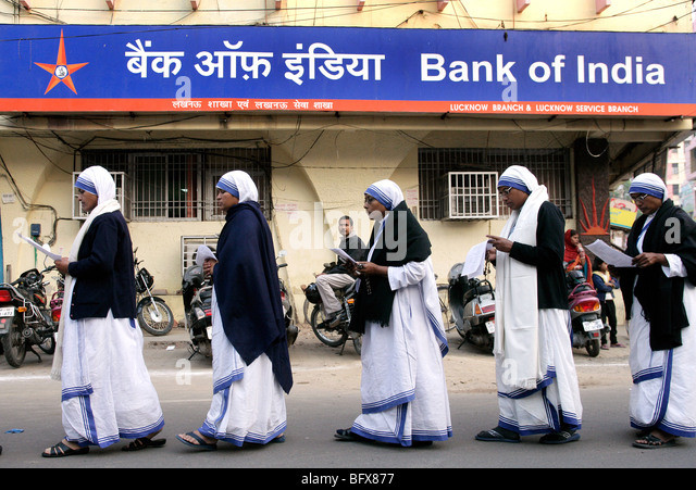 - Sisters of the Congregation Missionaries of Charity (Mother Teresa Sisters) passing a brunch of he Bank of India - Stock-Bilder