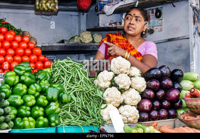 India Asian Mumbai Apollo Bandar Colaba Causeway Market Lala Nigam Road shopping woman Hindu street vendor sale - Stock Image