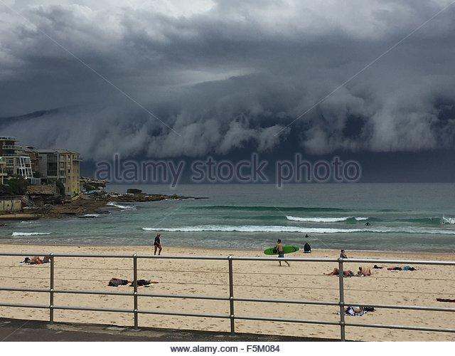 Bondi Beach, Australia. November 6th, 2015. AUSTRALIA, Sydney: A shelf cloud storms in at Bondi Beach, in Sydney, - Stock Image