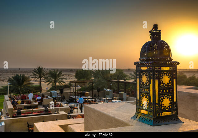 Sunset over the Dubai desert as seen from the Al Sarab rooftop lounge at the Bab Al Shams Resort - Stock-Bilder