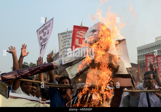 Kolkata, India. 14th Nov, 2016. Activists of Socialist Unity Centre of India (SUCI) burn an effigy of Prime Minister - Stock Image