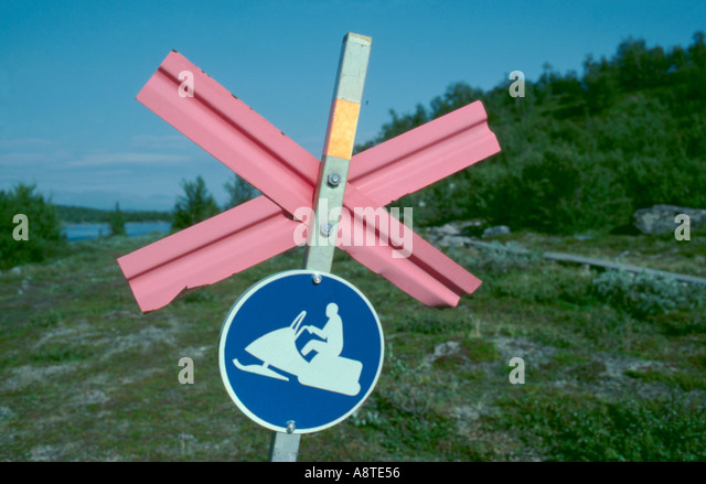 Marker sign on a winter snow scooter (skidoo) trail near Abisko, Lappland, Norrbottens Län, arctic Sweden. - Stock Image