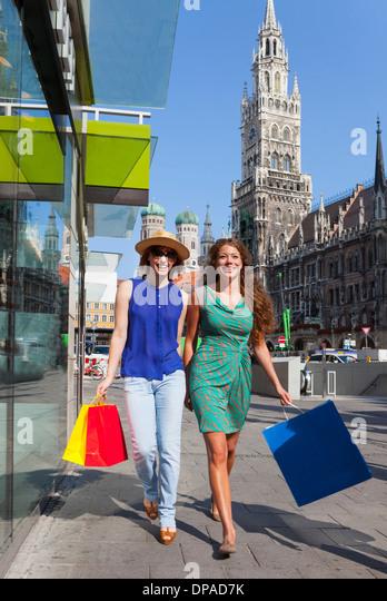 Women shopping in Munich Marienplatz, Munich, Germany - Stock Image