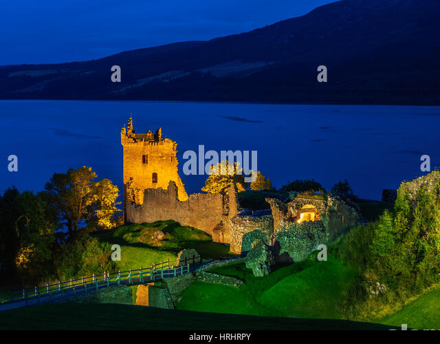 Twilight view of Urquhart Castle and Loch Ness, Highlands, Scotland, United Kingdom - Stock-Bilder