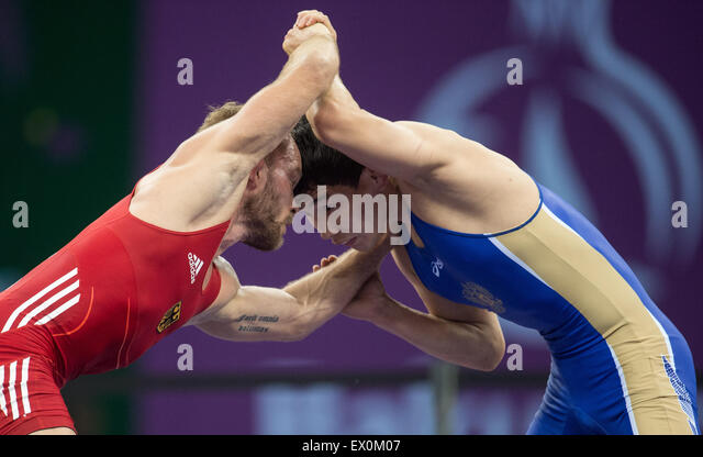 Baku, Azerbaijan. 17th June, 2015. Germany's Marcel Ewald (red) competes with Viktor Lebedev (blue) of Russia - Stock-Bilder