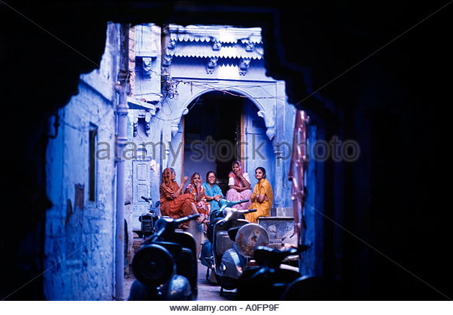 Indian women chatting with friends, Rajasthan, India - Stock-Bilder