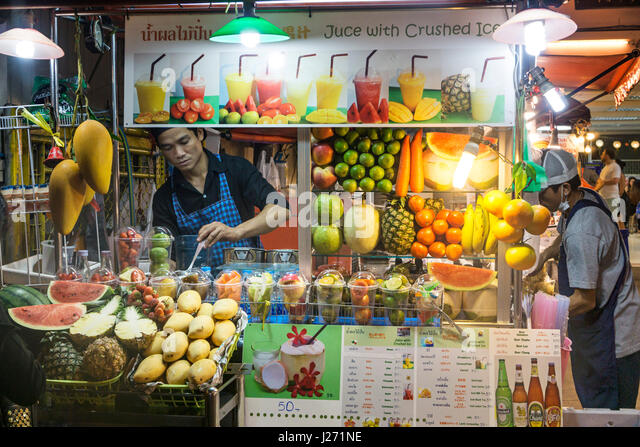 Street Food Market, Sukhumvit,  Soi 38, Fruit Stall, Juice with crushed ice, - Stock Image