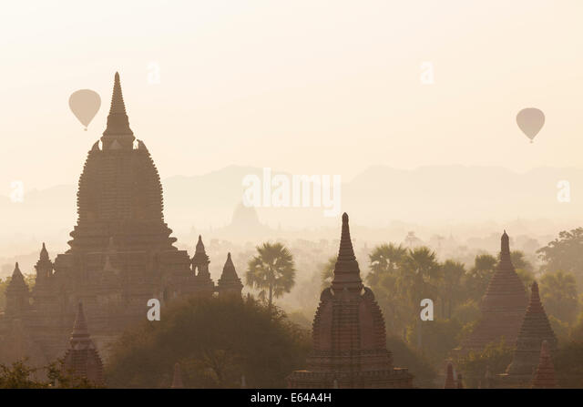 Ancient temple city of Bagan (also Pagan) & balloons at sunrise, Myanmar (Burma) - Stock-Bilder