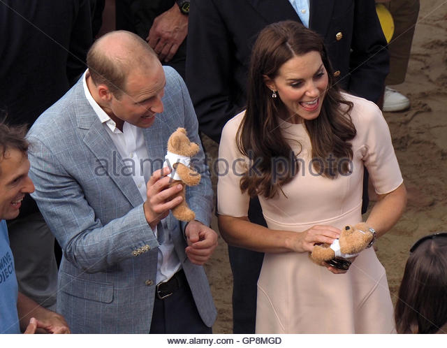 Newquay, UK. 01st Sep, 2016. HRH William and Kate play with teddy bears gifted to royal children George and Charlotte - Stock Image