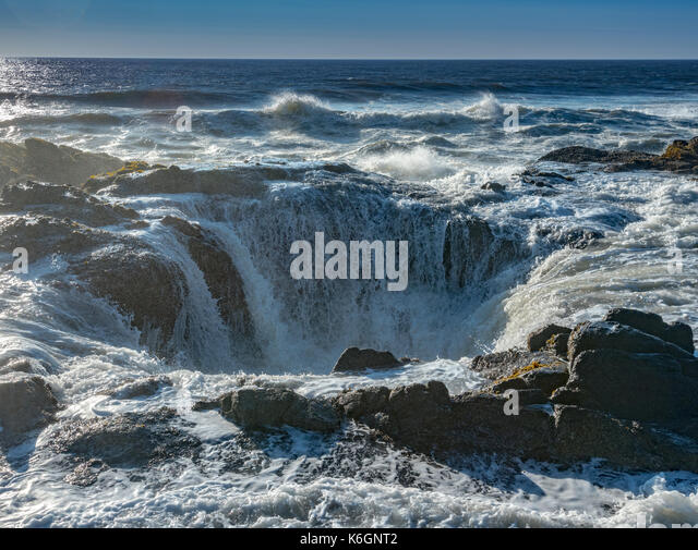 Thor's Well Floods with Ocean Surf along the Oregon coast - Stock Image