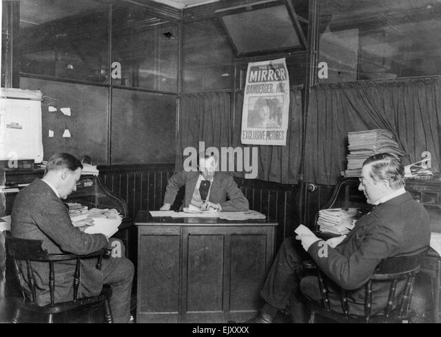 An early morning staff meeting on the Daily Mirror news desk, circa . - Stock Image