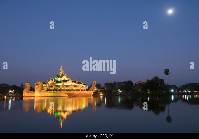 Karaweik Barge in the late evening, Kandawgyi Lake, Yangon (Rangoon), Myanmar (Burma), Asia - Stock-Bilder