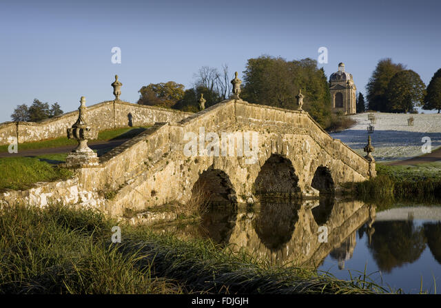 The Oxford Bridge with urns and rustic stonework on a frosty day at Stowe Landscape Gardens, Buckinghamshire. - Stock-Bilder