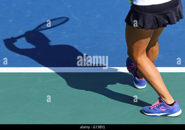 Shadow of woman tennis player, serving the ball - Stock-Bilder