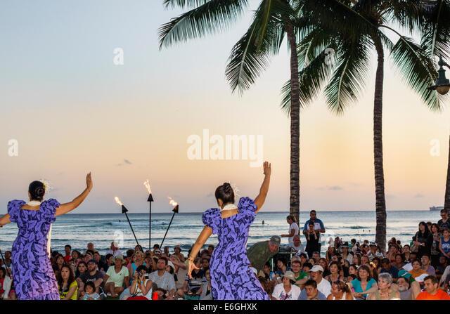 Hawaii Hawaiian Honolulu Waikiki Beach Kuhio Beach Park Hyatt Regency Hula Show free event audience watching Pacific - Stock Image