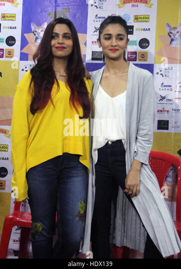 Bollywood actor Alia Bhatt with her sister Shaheen Bhatt during the pups and kitten adoption camp in Mumbai - Stock-Bilder