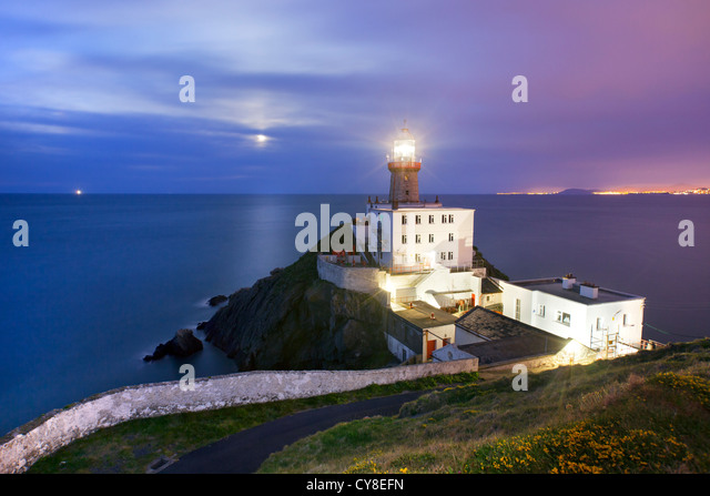 Baily Lighthouse captured at Dusk with moon in background. - Stock-Bilder